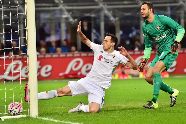 Fiorentina's Croatian forward Nicola Kalinic (L) kicks to score flanked by Inter Milan's Slovenian goalkeeper Samir Handanovic during the Serie A football match between Inter Milan and Fiorentina at the San Siro Stadium in Milan on September 27, 2015 . AFP PHOTO / GIUSEPPE CACACE (Photo credit should read GIUSEPPE CACACE/AFP/Getty Images)