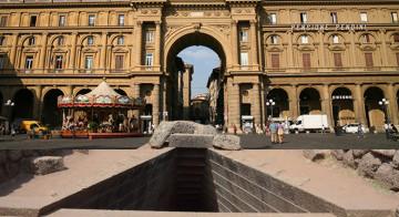 Il pozzo in piazza della Repubblica, in onore di Dio Arno