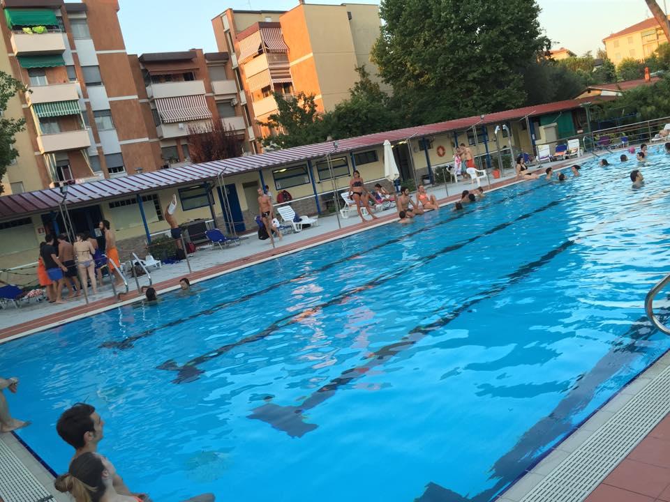 Poggetto pool party l 39 aperitivo in piscina for Party in piscina
